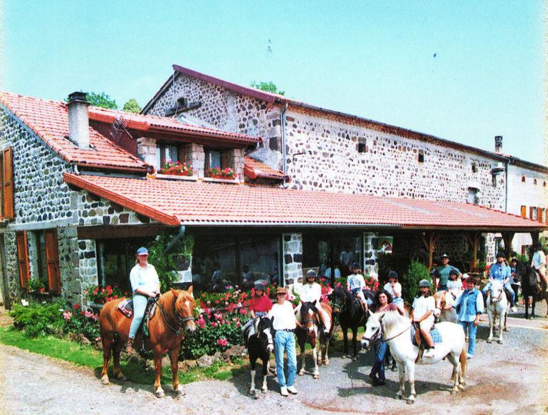 Départ d'une promenade à cheval devant le corps de ferme
